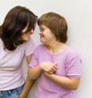 deux sœurs dont l'une est trisomique