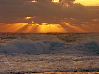 rayons de soleil couchant  sur mer houleuse