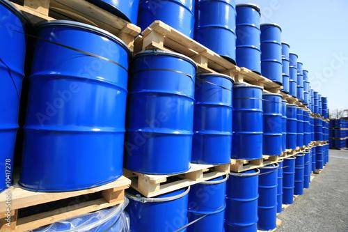 barils bleus stockés