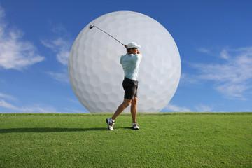 Golf - Golfspieler mit großem Golfball