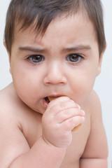 bambino che mangia un biscotto