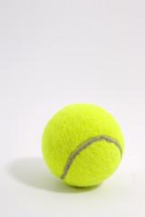 Pelota de tenis sobre fondo gris