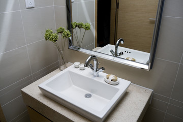 modern bathroom with sinks and mirror.