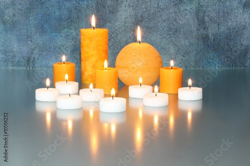 Leinwandbild Motiv Kerzen mit blauem Hintergrund