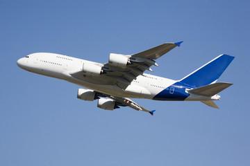 Flugzeug fliegen gegen den blauen Himmel,