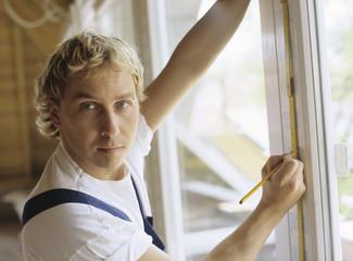 Mann Messung Fensterrahmen