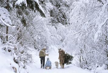 Familie wandert im Schnee