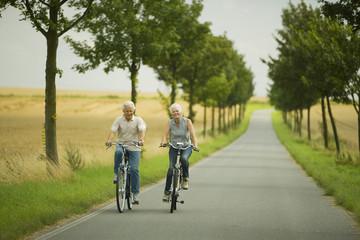 Senioren Paar Radfahren auf Landstraße