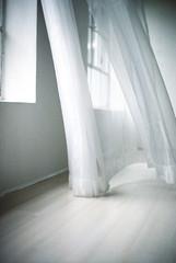 Weißer Vorhang weht