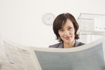 Geschäftsfrau lesen Zeitung, Portrait