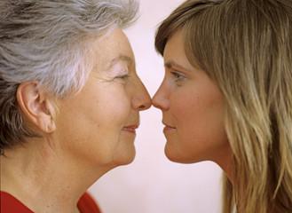 Großmutter und Enkelin schauen sich an