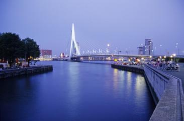 Vollmond über Rotterdam, Erasmusbrug, Zuid-Holland, Niederlande