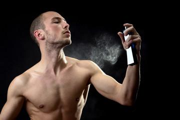Mann sprüht Parfüm