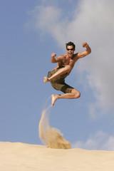 Mann springen Sanddüne