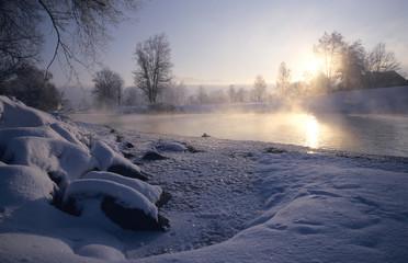 Deutschland, Bayern, Loisach, Sonne reflektiert im Fluss und Schnee, in der Dämmerung