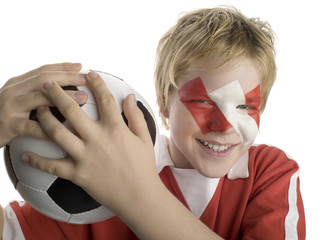 Junge, Kind hält Fußball auf der Schulter