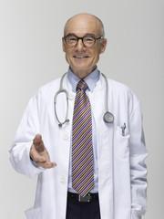 Senior männlich Arzt gestikulieren, Portrait