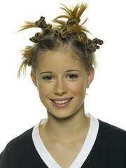 Portrait eines jungen Mädchens mit wilder Frisur