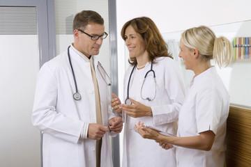 Ärzte sprechen mit Krankenschwester