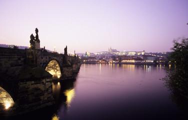 Tschechoslowakei, Prag, Vitava Fluss, Karlsbrücke Brücke mit Sonnenuntergang Licht
