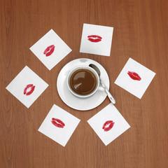 Tasse Kaffee und Zettel mit Lippenstift Küsse,