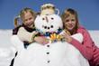 Mädchen umarmen Schneemann