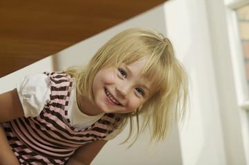 Mädchen vorne beugen Portrait, lächeln