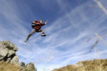 Mann springen in den Bergen