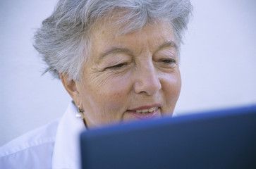 Frau, Seniorin mit Laptop