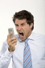 Junger Unternehmer Businessmann mit Handy, schreien, close-up