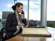 Geschäftsfrau arbeiten im Büro, mit Festnetz Telefon