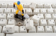 Detaily fotografie zblízka počítačových dílů a hračky pracovníků