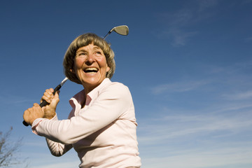 Seniorin Frau halten Golfschläger