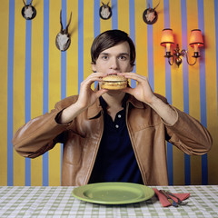 Junger Mann mit Burger