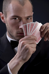 Mann hält Spielkarten
