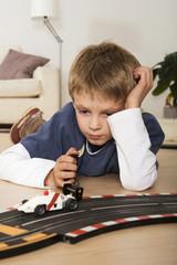 Junge spielen mit Spielzeugautos