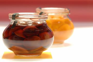 Geschmorte Aprikosen und Pflaumen im Glas