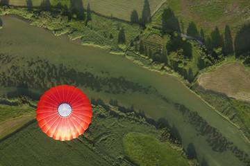 Ballonfahrt über grüne Landschaften