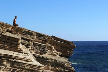 Griechenland, Kreta, Mann Yoga auf Klippe