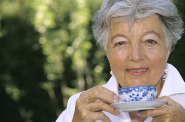 Seniorin Frau mit Tasse Tee, close-up