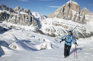 Italien, Dolomiten, Frau mit Ski wandern im Schnee