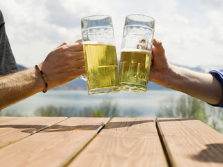 Deutschland, Bayerischer, Tegernsee, Männer prosten mit Biergläser