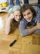 Paar auf dem Boden liegen