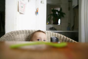 Baby Junge sitzen auf dem Stuhl