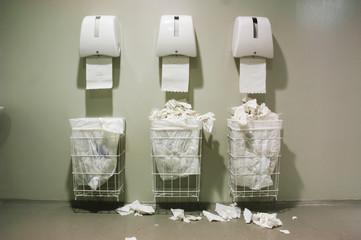 Papierkörbe und Papierhandtücher, öffentliche Toilette