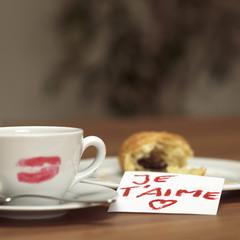 Tasse Kaffee mit Lippenstift Kuss, liebe ich dich Croissant