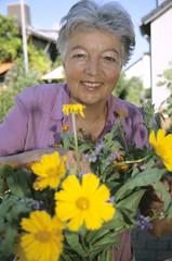 Frau, Seniorin, die in ihrem Garten