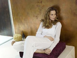 Frau sitzen auf Kissen, Wegschauen