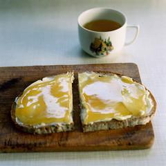 Brot mit Honig und Pfefferminztee