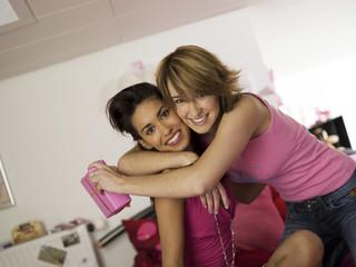 Zwei Mädchen im Teenageralter, mit Geschenk